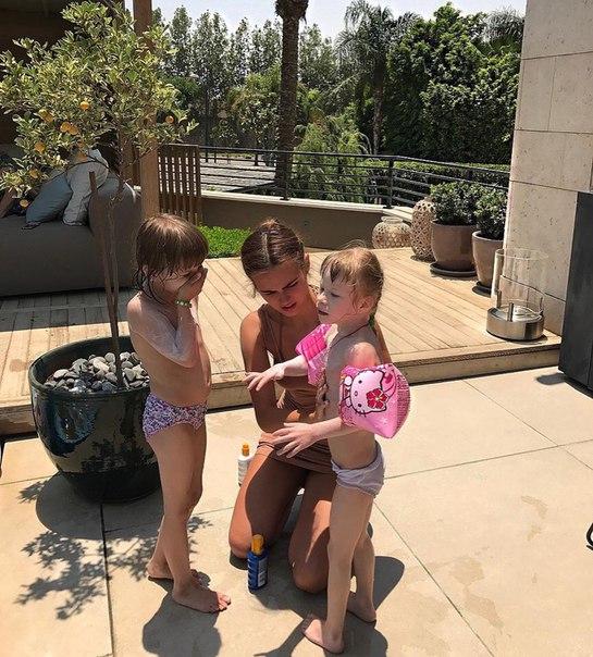 Жена миллиардера Ксения Дели пригласила к себе в дом детей из малоимущей семьи