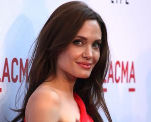 Анджелина Джоли сыграет свою мать, умершую от рака. 13531.png
